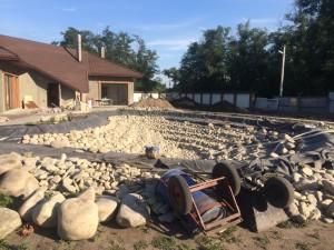 Процесс укладки пленки и камня